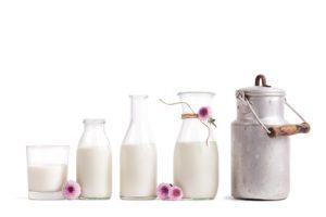 Milch nebeneinander, isoliert