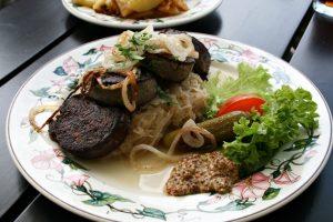 organic lifestyle rheinische blutwurst leberwurst sauerkraut süsser senf deko gurke